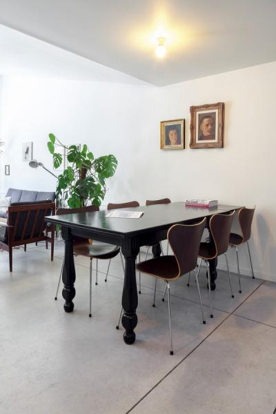 Dřevěný vintage stůl je doplněn ikonickými židlemi Butterfly z produkce značky Fritz Hansen