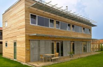 Severní strana je téměř bez prosklení, jen z jídelny vede francouzské okno do zahrady, aby rodina měla i od stolu kontakt s přírodou. Hliníkové pásy oken lícují s obkladem fasády, což dává stavbě kompaktní ráz.