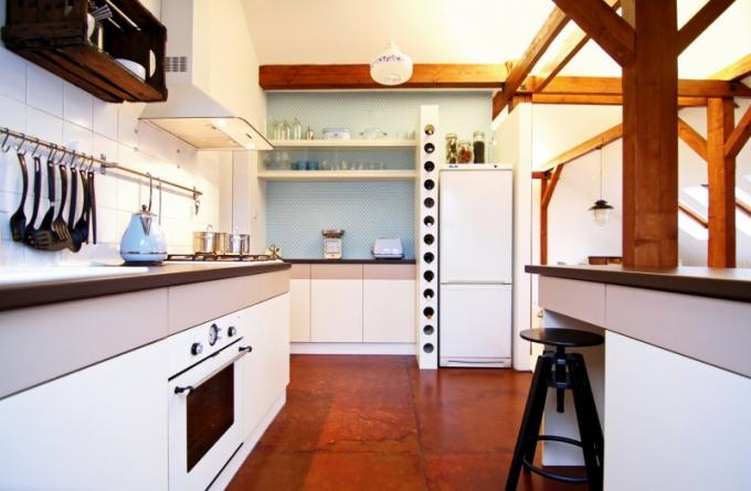 Na podlahu v kuchyni byly použity velkoformátové uměle zrezivělé pláty. Jako praktická a zároveň originální dekorace slouží stará dřevěná bednička připevněná ke stěně nad pracovní plochou, která ve 20. letech minulého století sloužila jako pivní přepravka. Ota ji vydražil v internetové aukci