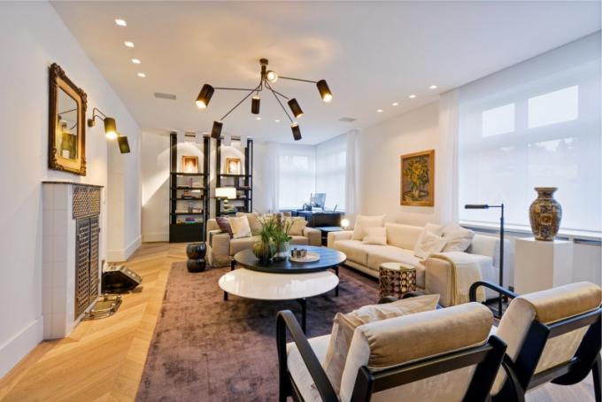 V obývacím pokoji dominuje lustr a nástěnná svítidla CTO Lighting