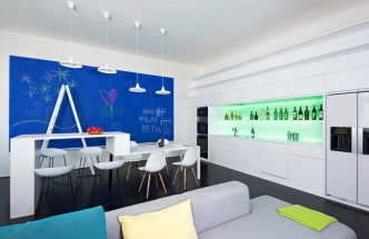 Kuchyň je využívána převážně jako bar pro přípravu míchaných drinků a její součástí je také vícezónová vinotéka. Nechybí zde sice ani spotřebiče Miele pro přípravu jídel, používány jsou však jen výjimečně. Skleněné obložení zdi nad pracovní plochou kuchyňské linky je podsvícené barevnými LED diodami a v drážce na spodní straně skříněk jsou zafrézované LED diodové pásy. Jídelní stůl volně přechází v barový pult