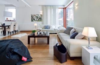 Světlé barvy jsou nosným prvkem celého bytu. Různé odstíny bílé na rozmanitých materiálových strukturách jsou ve vzájemném souladu. Tu a tam jim sekunduje tmavý solitér v podobě pufu nebo koše na noviny
