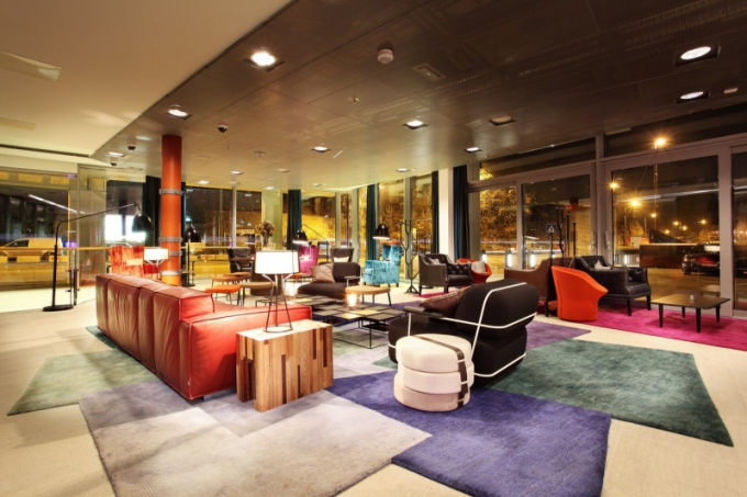 Hotelová lobby je barevná, příjemně osvětlená a dá se v ní odpočívat, klábosit s přáteli nebo jen zasněně přemýšlet o novém díle. Samozřejmě na designovém nábytku