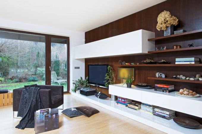 Bára se nebála v interiéru zkombinovat bambusovou podlahu s obkladem stěny ze dřeva wengé. Využití více druhů materiálů s různými strukturami a odlišnou barevností potlačuje dojem sterility i v tom nejmodernějším prostoru