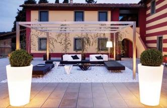 Terasa je také obytný prostor, byť pod širým nebem. Na trhu je bohatá nabídka zahradního nábytku, který odolá povětrnosti a vytvoří útulné prostředí.