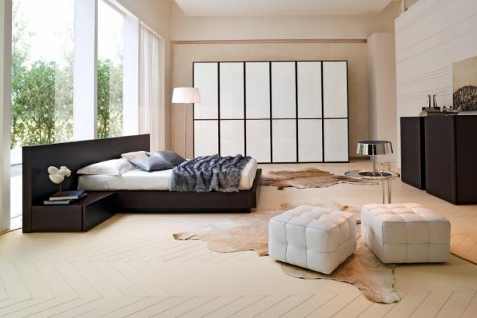 """Velká místnost není vždy velká výhra Pokud nábytek umístíte ke stěnám a uprostřed zbude volná plocha, vznikne neútulná a fádní """"ratejna"""". Umístěte nábytek volně do prostoru, i do neobvyklé polohy"""
