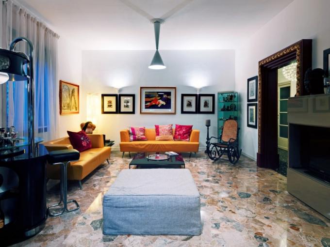 """Obývací pokoj je nejpůsobivější částí bytu. Podlaha z leštěného mramoru zůstala původní, interiér """"rozsvítily"""" žluté sedačky od Morosa. Mezi halou a obývacím pokojem záměrně nejsou dveře, aby prostor zůstal otevřený a bylo vidět, kdo přichází"""