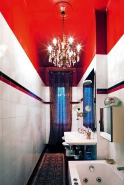 Dvě koupelny v bytě jsou úzké a protáhlé, zůstaly na původním místě. Jsou vybaveny jednoduchými sanitárními předměty a obloženy bílou glazovanou keramikou. Jediným dekorem je horizontální listela v červené a černé barvě. Červený dekor a nátěr stropu je inspirován červeným lakem typickým pro japonský historický nábytek a doplňky. Největší ozdobou jsou lustry z křišťálu a mosazi, které před 60 lety ručně vyrobil dědeček designérovy ženy ve své továrně