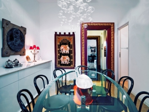Také jídelna vypráví o zážitcích z cest. Na stěnách visí ručně šité japonské hedvábné kimono z 20. let, závěs se dvěma slony je z Thajska. Rodina sedává kolem oválného skleněného stolu, který Marco Piva navrhl pro společnost Bernini