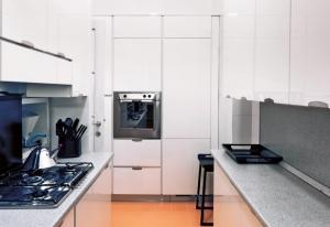 Kuchyň je zařízena velmi jednoduše a účelně, paní domu má na vaření čas jen o svátcích a prázdninách. Bílou linku z lakovaných desek dodala firma Veneta Cucine