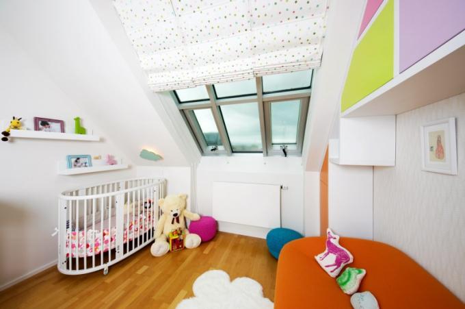 Barvy v dětském pokoji jsou neutrální. Designérka doporučila vyhnout se na plochách příliš dětským barvám a spíš je použít v detailech, které se v budoucnu dají vyměnit