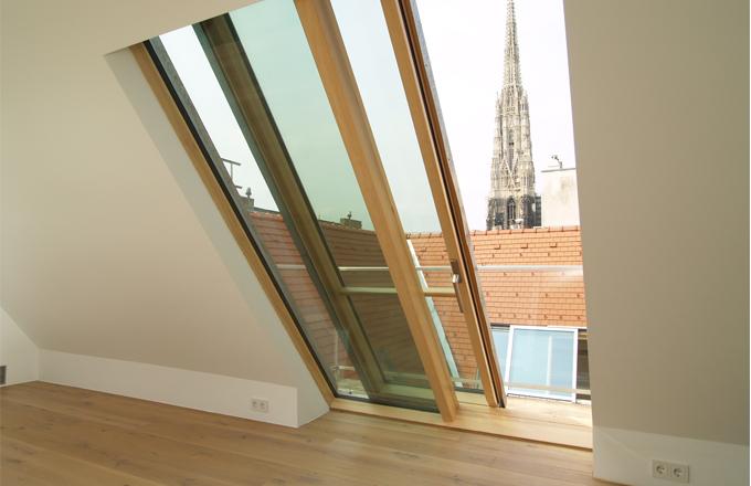 Posuvné střešní okno Solara PERSPEKTIV zabudované na úroveň podlahy slouží k výstupu na terasu
