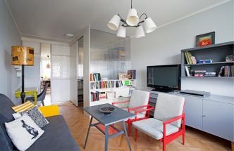 Většina nábytku v obývacím pokoji pochází z přelomu šedesátých a sedmdesátých let minulého století. Díky novému nátěru získaly nesourodé kousky společnou řeč. Méně zajímavé skříňky designérka potlačila odstíny šedé, rám pohovky a křesílek naopak podtrhla použitím výrazných sytých barev