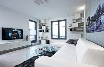 Podlahu kryje bílá laminátová podlaha (Quick-Step) s jemnou texturou dřeva. Na jednu stěnu byla použita speciální strukturovaná výmalba. Místnost je vybavená nábytkem zhotoveným na míru -atypickou knihovnou a zavěšenou komodou podle návrhu Filipa Hejzlara