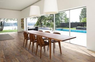 """K současným trendům patří návrat k přírodnímu dřevu v rustikální podobě, """"in"""" jsou zejména podlahy z dubových prken. Třívrstvá dubová podlaha z kolekce Arbusto s ručně škrábaným povrchem, výraznými suky a letokruhy bude svou autentickou krásou dominovat každému interiéru"""
