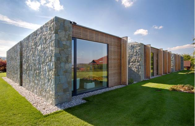 Na kraji pozemku o rozloze 1 778 m2 vznikla stavba s užitnou plochou 310,5 m2, zahrada tedy působí velmi velkoryse. charakteristické pro stavbu jsou dřevěné trámy navazující na dřevěné a kamenné obložení a množství skleněných ploch