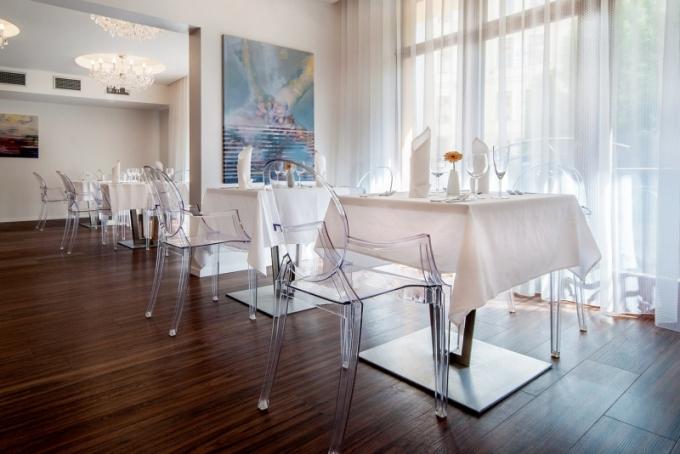 Restaurace pro ubytované hosty je vybavena stoly vyrobenými podle návrhu Šimona Rujbra a židlemi od Philippa Starcka z produkce Kartell