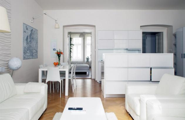 Společný obývací prostor zahrnuje kuchyň, jídelnu a pohodlné sezení. Kuchyň je opticky odcloněna barovým pultem, který zároveň ukrývá drobné spotřebiče. Kromě myčky majitelé nechtěli žádné vestavěné spotřebiče z toho důvodu, že když se nějaký rozbije, je nutný hrubší zásah do kuchyňské linky a pořízení spotřebiče stejného rozměru, což vždy není snadné