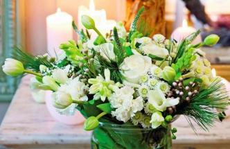 Vazba z mnoha druhů bílých květů a borovicových větviček působí romanticky