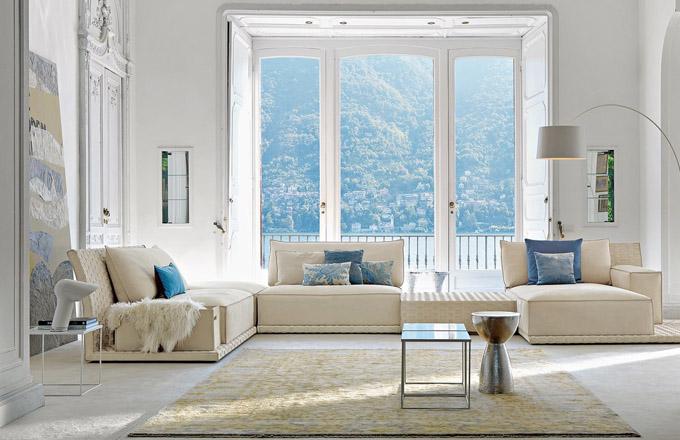 Kombinace starého a nového – současný interiérový trend č. 1. Do interiéru historické vily s nádhernou štukovou výzdobou designér zvolil několik solitérních doplňků ze skla a kovu a moderní koženou sedačku Coco, kterou lze sestavit jako stavebnici z jednoduchých komponentů, www.nabytek.it
