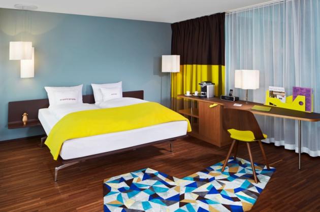 Nejluxusnější apartmá hotelu Häberli Suite je velkoryse pojaté a je z něj nejkrásnější výhled ze dvou prosklených stěn na Business Plaza. Třeba i při koupání ve volně stojící vaně