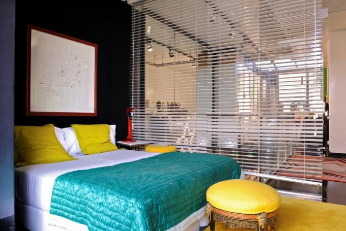Ložnice je oddělena od ostatních místností jednoduchou roletou. Estrella chtěla, aby měla ložnice hodně světla, a roleta jako dělicí prvek byla nejlepším řešením