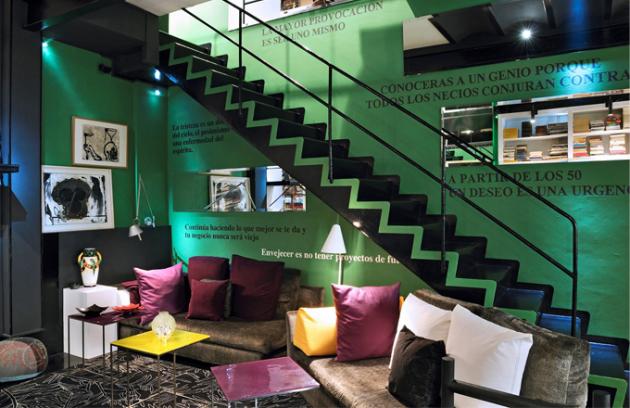 Obývací pokoj vystihuje osobnost majitelky bytu. Pohovka a stolek jsou sice z produkce Minotti, ale Estrella si nechala pohovku přečalounit látkou podle vlastního návrhu. Citáty na stěnách jsou majitelčiny myšlenky, které osobně zvěčnila na stěnách po celém bytě. Výrazné schodiště vede k ložnicím