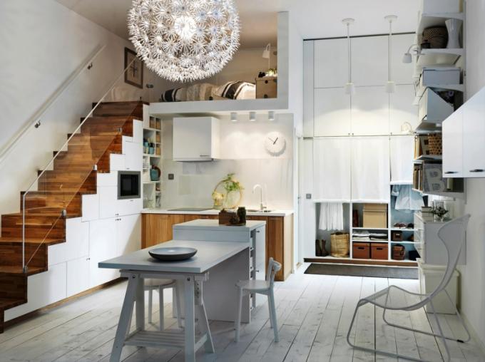 V interiérech s nadstandardní výškou stropu zvažte vytvoření patra. Získáte ložnici a prakticky můžete využít i prostory pod schody, www.ikea.cz