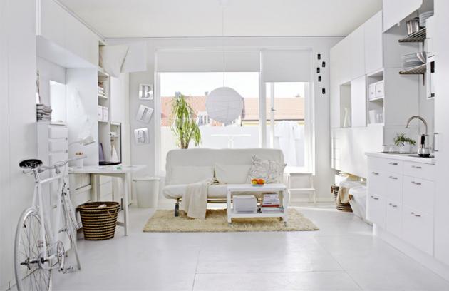 Nezapomeňte, že malým prostorům prospívají světlé barvy. Součástí společenské zóny je malá nenásilně začleněná kuchyňka, www.ikea.cz