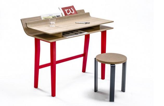 Křehký dubový psací stůl od Lucie Koldové
