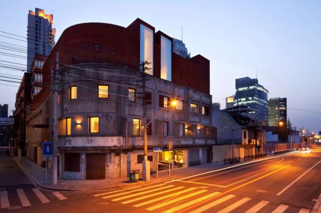 Budova hotelu je směsí omšelosti původního skladu a špičkového industriálního designu