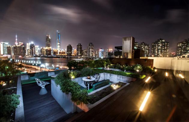 Výhled ze střechy hotelu, kde je umístěný koktejlový bar Roof, je velkolepý. Pole mrakodrapů neobvyklých tvarů je štědře osvětlené a budí náležitý respekt