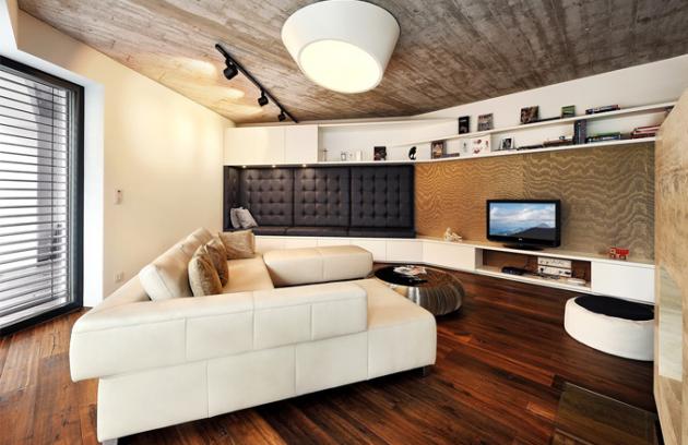Sestava v obývacím pokoji je více než deset metrů dlouhá a její součástí je také čalouněný sedák s koženým obkladem, který realizoval Brik. Třívrstvé dřevěné podlahy jsou od italského výrobce Listone Giordano
