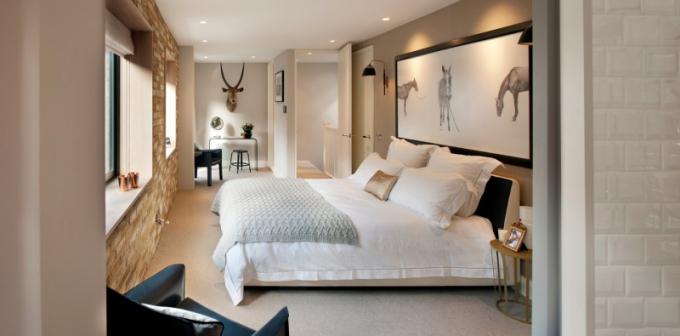 Na cihlu odkrytá zeď hlavní ložnice dodává prostoru syrovost, která kontrastuje s měkkostí na míru vyrobené postele plné polštářů a dekorativností nočních stolků (Petite Friture). Autorem fotografie nad postelí je samozřejmě Penn