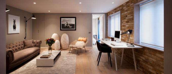 Studio plní funkci pracovny i obývacího pokoje. Tady Penn probírá s klienty nové projekty a pak na nich pracuje u stolu Loop (Hay) na židli Cyborg (Magis)