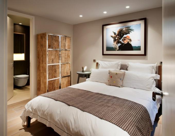 Ložnice pro hosty je zařízena jednoduše v neutrálních přírodních barvách. K ní přiléhá koupelna a šatna