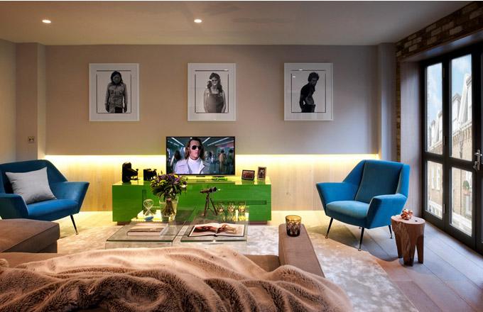 Požadavkem majitele bytu byla maximální otevřenost a vzdušnost prostoru. Obývací pokoj ještě opticky prodlužuje zajímavě řešené osvětlení v dubovém obložení zadní stěny