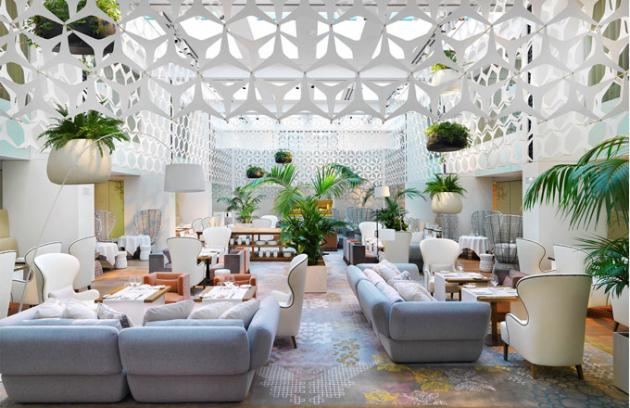 Interiér restaurace Blanc je něžně krajkový. Bělost prostoru vybaveného nábytkem navrženým Patricií oživují zavěšené rostliny
