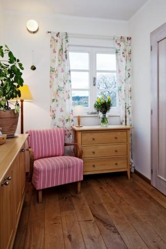 Dekorace jsou zde důležitou součástí, ať už v podobě květin nebo potištěných textilií