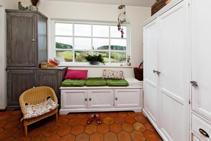 Masivní dubovou podlahu v některých částech domu střídá cihlová dlažba. Barvy použité na stěny i nábytek jsou ekologické
