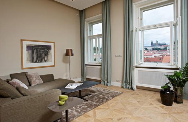 Dominantu interiéru tvoří výhled na panorama Pražského hradu