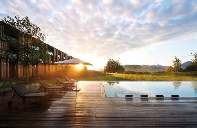 Hotelový komplex navržený architektem Christophem Ingehovenem ladí s krajinou. Materiál využitý při realizaci je převážně z místních zdrojů