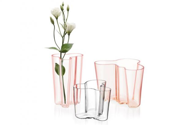 Váza Aalto v klasickém čirém provedení, výška 16 cm, design Alvar Aalto, vyrábí Iittala, cena 3 815 Kč, www.designville.cz