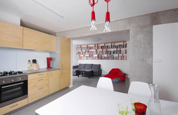 Interiér je navržen v minimalistickém industriálním stylu. Prostoru dominuje železobetonový skelet v odhalené surové podobě, při jeho bližším zkoumání lze na průvlacích objevit dokonce výrobní čísla. Tomu odpovídá i návrh a použité materiály - březová překližka, nerez, sklo a šedé marmoleum