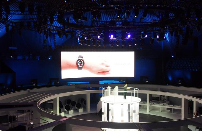 Samsung na letošním veletrhu IFA v Berlíně uvedl první chytré hodinky s kulatým displejem, model Gear S2.