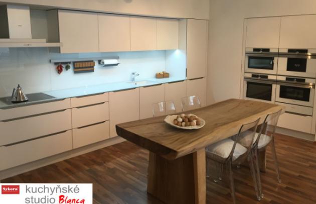 Barevná skla: Kuchyň utvářejí materiály!