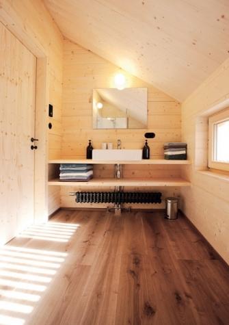 Koupelna působí díky použitému smrkovému dřevu velmi teplým a útulným dojmem
