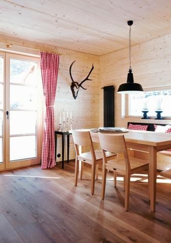 V každém domku je malá jídelna. Kombinace smrkového, jednoduše opracovaného dřeva s moderními minimalistickými doplňky má velký šarm