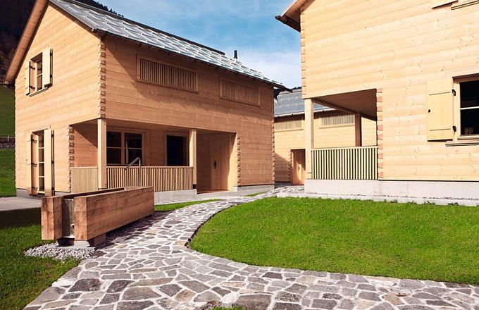 Architekt vycházel z tradice místních dřevostaveb, ale projekt pojal inovativně s ohledem na potřeby moderní rodiny