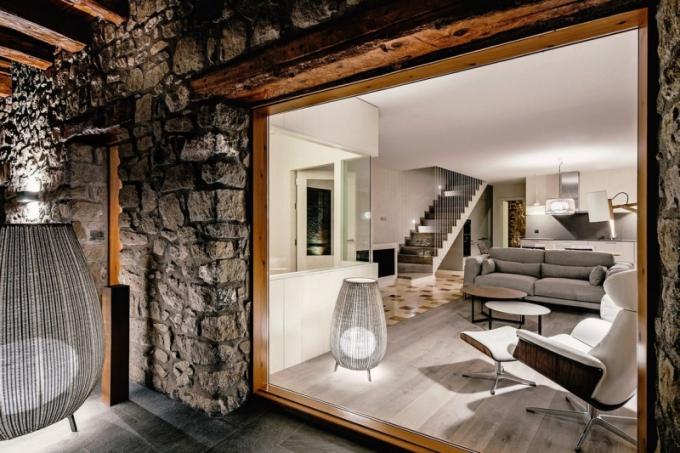 Světlo a otevřené průhledy jsou základními prvky. Hlavní roli ale mají původní dřevěné trámy a kámen